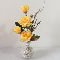 Arranjo De Rosas Artificiais Em Vaso De Vidro