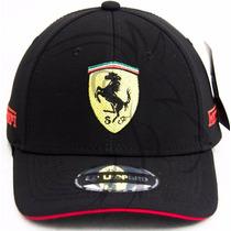 Boné Aberto Logo Ferrari Bordado Preto E Vermelho