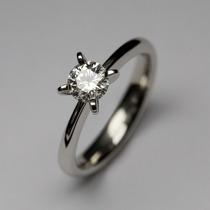 Anel Solitário Unique Em Ouro 18k Mais Diamante 25 Pontos