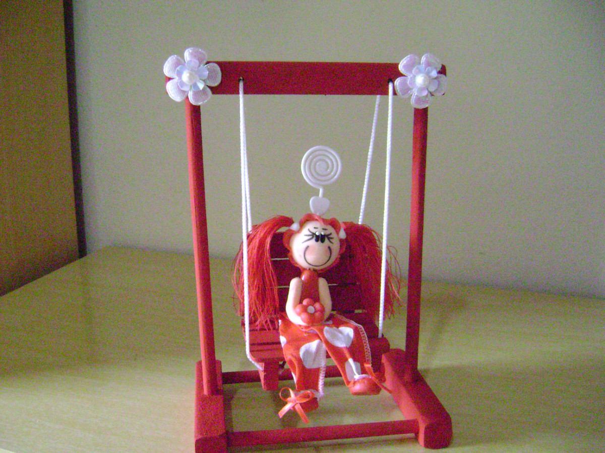 Balanço Com Cadeira acompanha Uma Menina Feita De Biscuit R$ 30 00  #9F2C41 1200x900