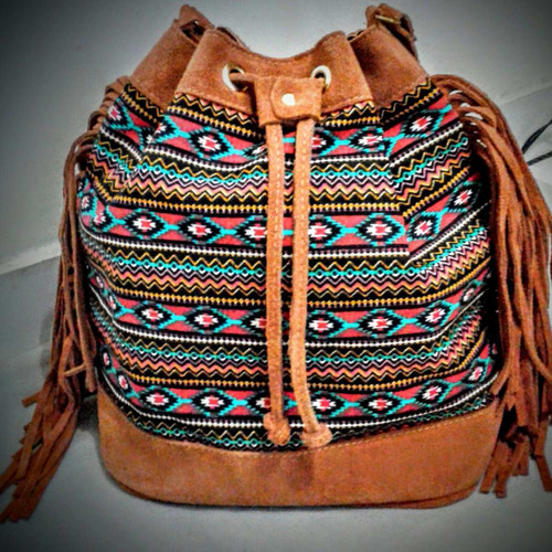 Bolsa De Couro Tipo Saco : Bolsa feminina de franja modelo saco em couro e tecido