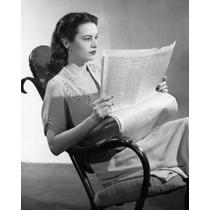 Jovem Mulher Sessão Em A Balanço Cadeira Leitura A Jornal