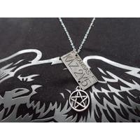 Colar Duplo Placa Impala Com Pentagrama Supernatural Dean