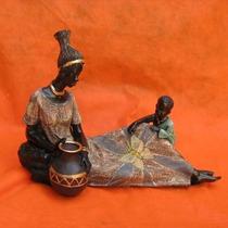 Africana Deitada E Menino Resina - Bonec Escultura Estatueta