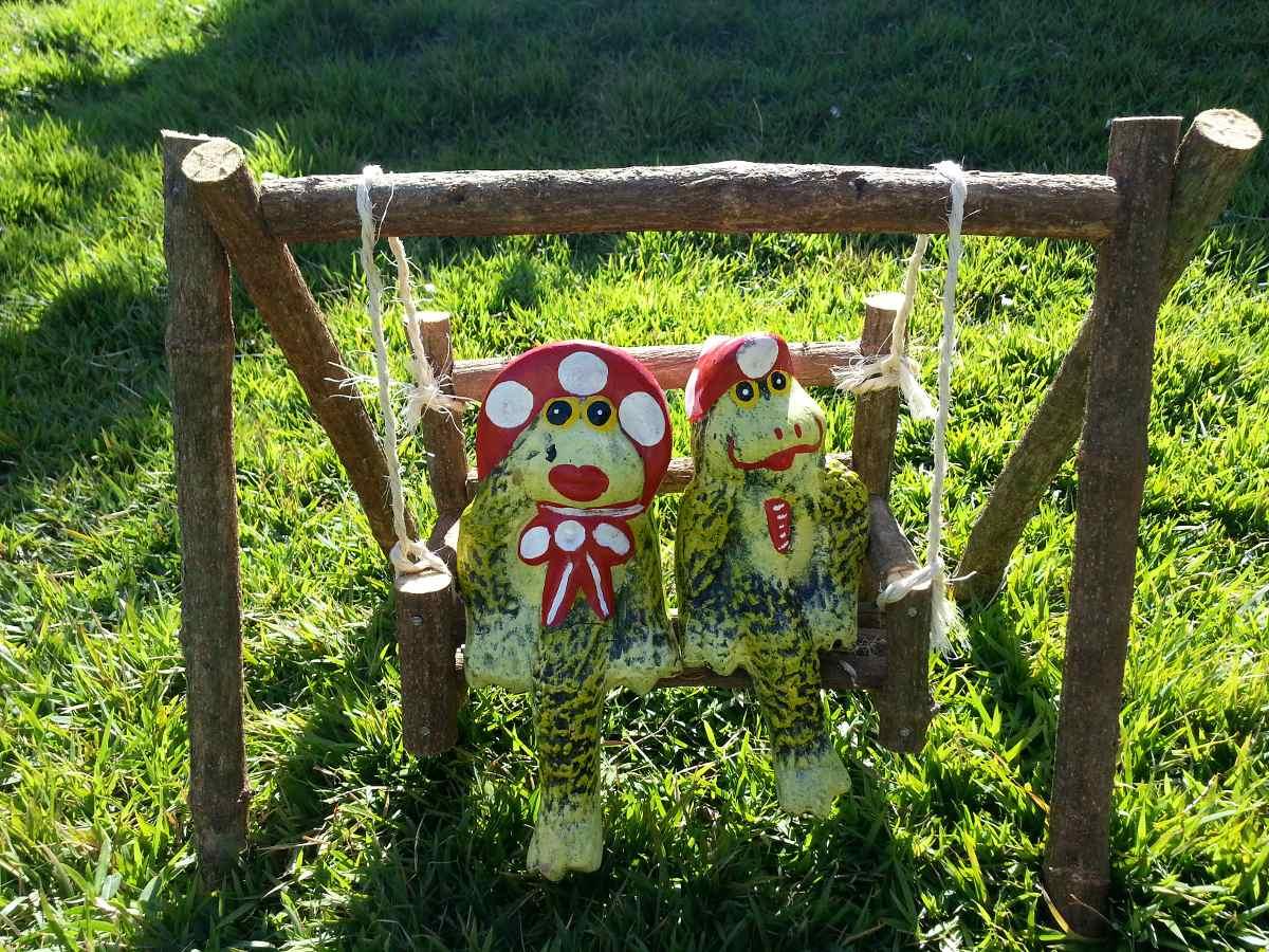 enfeites de jardim no atacado:Enfeites Em Cerâmica Para Jardins, Balanço Cipó-casal Sapo. – R$ 85