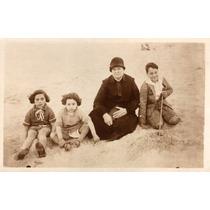 Foto Postal Antiga Crianças E Senhora Roupas De Época P378)
