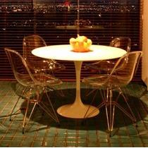 Conjunto:mesa Saarinen Redonda + 4 Cadeira Dkr Torre