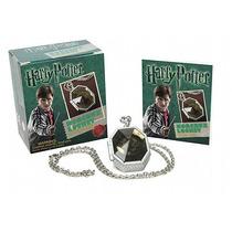 Kit Medalhão De Sonserina E Livro De Adesivos Harry Potter