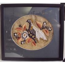 Quadro Com Tapeçaria Antiga De Pássaro E Folhas Com Miçangas