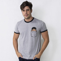 CAMISETA COLLEGE CHUMBO - FELPS NO BOLSO